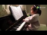 Three Years Old Girl Playing Piano.(Три года, играет на пианино.)