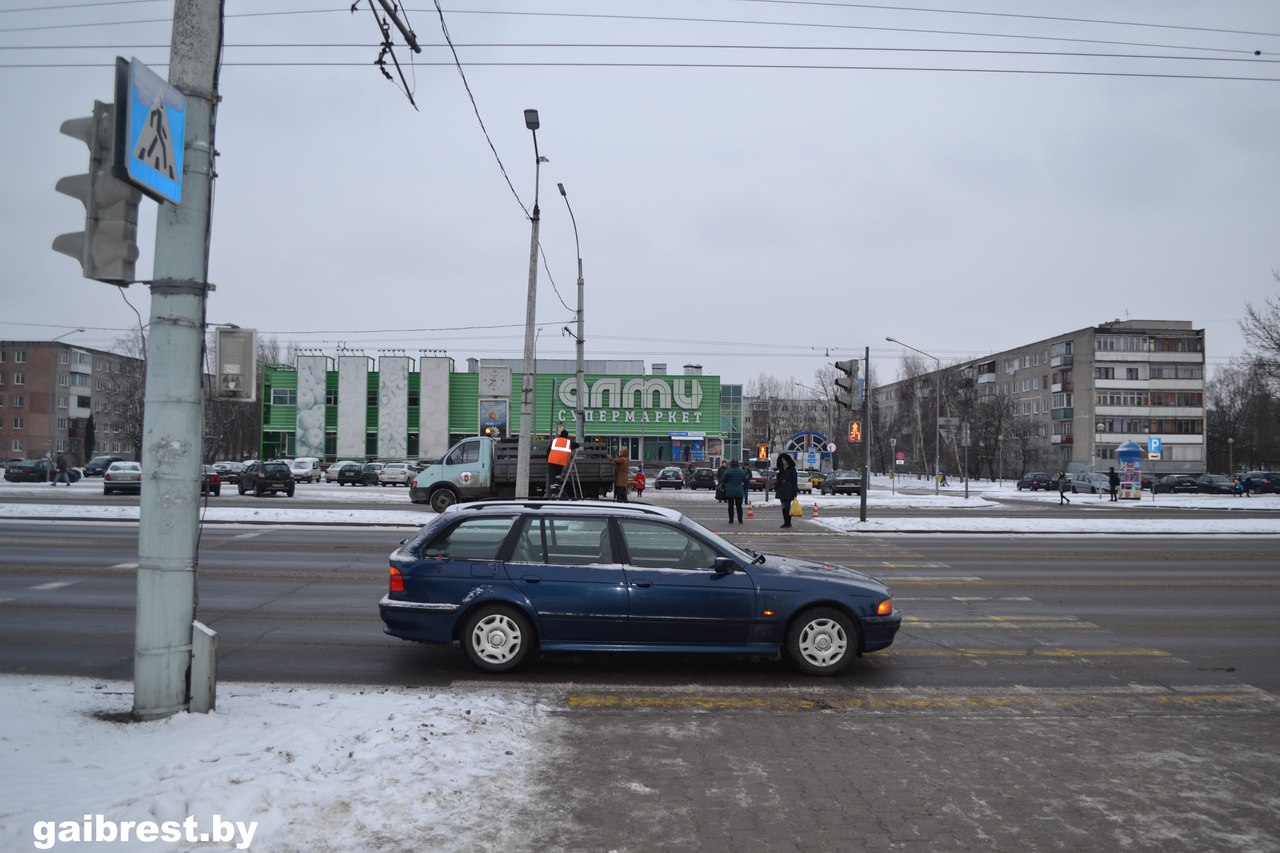 На ул. Московской автомобиль БМВ сбил пенсионерку на переходе