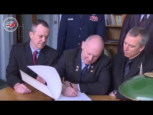 Экипажи МКС-55/56 посетили музей Центра подготовки космонавтов имени Ю.А. Гагарина
