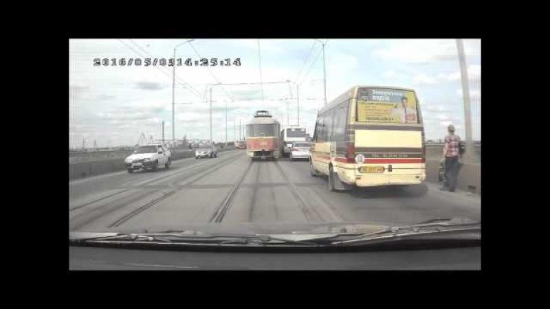 В Днепропетровске трамвай с людьми пробил ограждение на мосту через Днепр