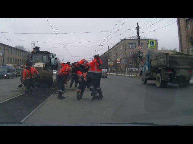 Дорожная битва дорожных рабочих.Смоленск,ул.Шевченко 22.11.17.