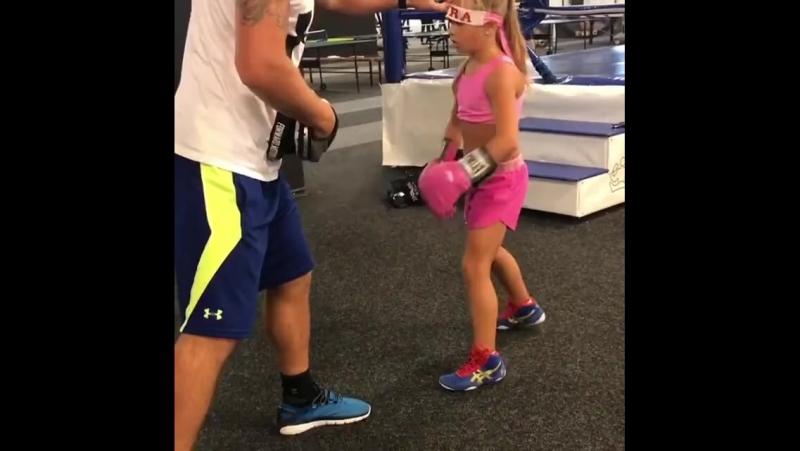 Тренировка девочки по боксу (6 sec)