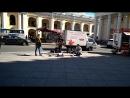 Уличные музыканты в центре Питера зажигают. Очень круто поёт