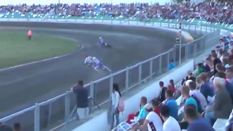 Мотоцикл вылетел на трибуну со зрителями
