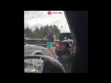 Санкт-Петербург, 18 июня. Херой с киркой нападает на машину в которой сидят пожилые люди и ребёнок.