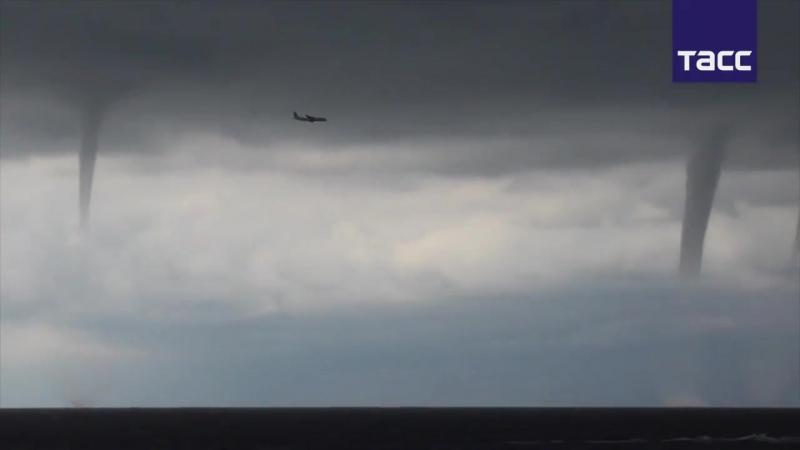 Пилот посадил самолет во время парада смерчей