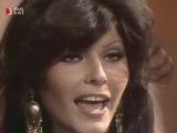 ✩ Красивая Клаудия Мори исполняет музыку из Иглы