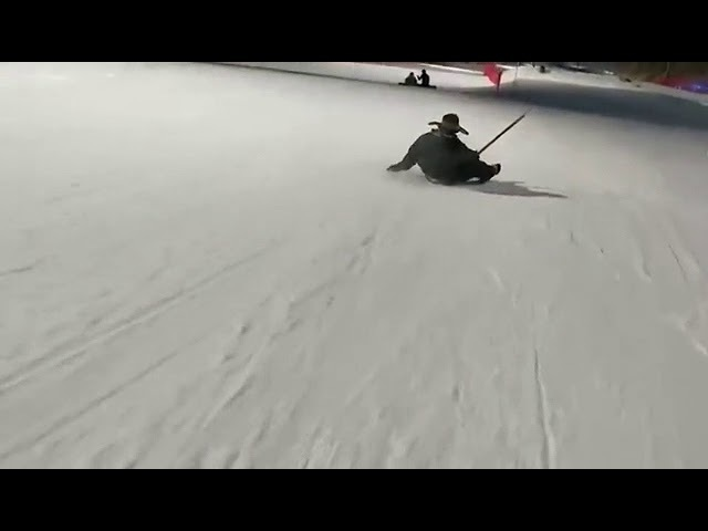 Горнолыжный спуск на лопате / Ski slope on a shovel
