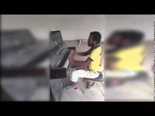 Piyano çalan inşaat ustası Aqşin Gülalıyev