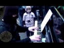 Боец спецназа играет на пианино