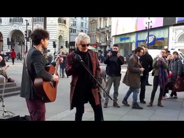 Rod Stewart - Impromptu street performance Handbags And Gladrags At London's Piccadilly Circus