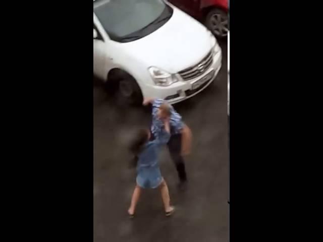 Пьяная драка Мужик против бабы Fighting man vs girl
