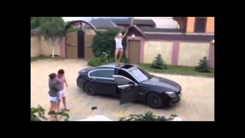 Девушка танцует на BMW