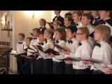 Хор мальчиков поет рождественскую песню во время еды супер острого перца