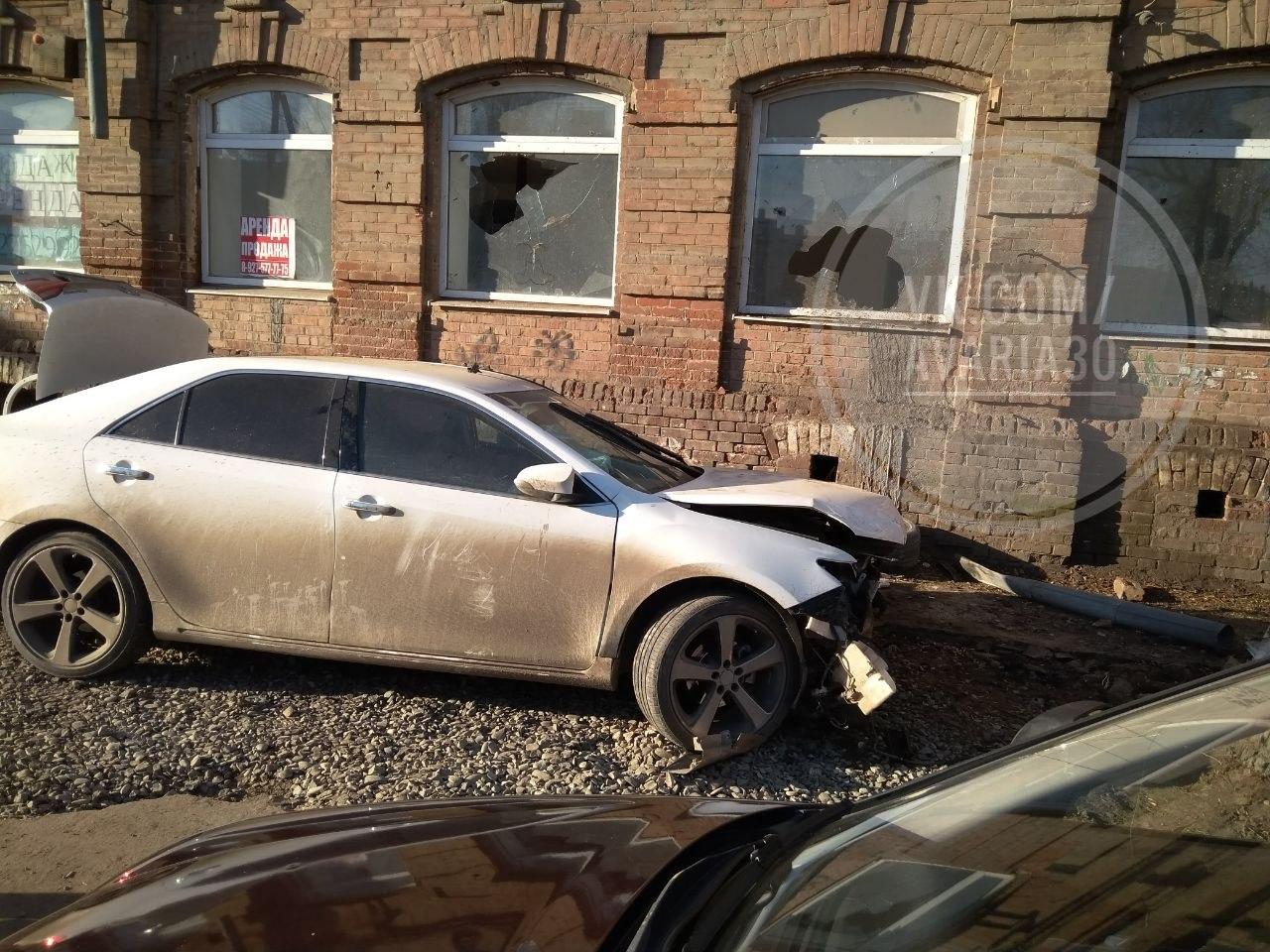 Ночью в центре Астрахани пьяная автоледи протаранила здание