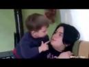 Шестилетний мальчик бьет свою мать и они все еще думают что это смешно