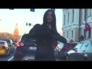 Танец в на улице, в автомобильной пробке.