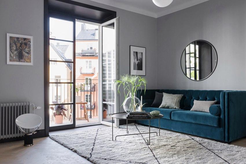 5 трендов скандинавского дизайна в интерьере квартиры 40 м: серый цвет, синий цвет, перегородка из стекла в металлической раме, бархатный диван, темные откосы.