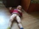 Ребенок бунтует лежа И смеется Актер