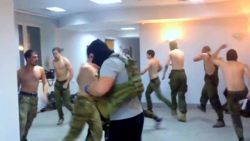 Боевой гопак с зигами. Школа Крадущийся Петух, Затаившаяся Свинья, в исполнении батальона Азов