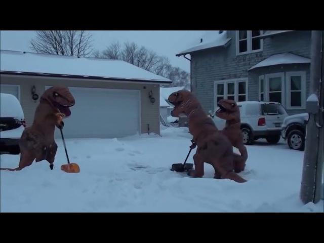 Динозавры убирают снег