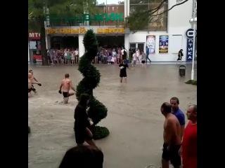 Дождь превратил Геленджик в Венецию