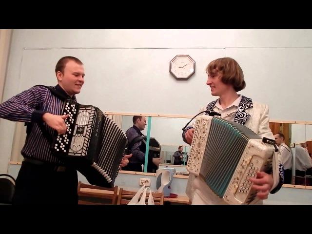 Павел Уханов (гармонь) и Павел Сивков (баян) импровизируют на известные темы. 23 апреля 2015 г.