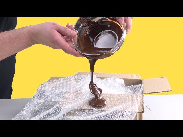 Поливаем пузырчатую пленку шоколадом От результата глаз не оторвать