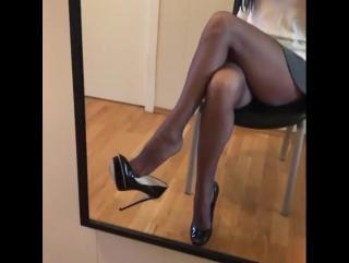 Заигрывает каблучками (pantyhose stocking feet foot fetish sexy ступни ножки чулки фут фетиш)