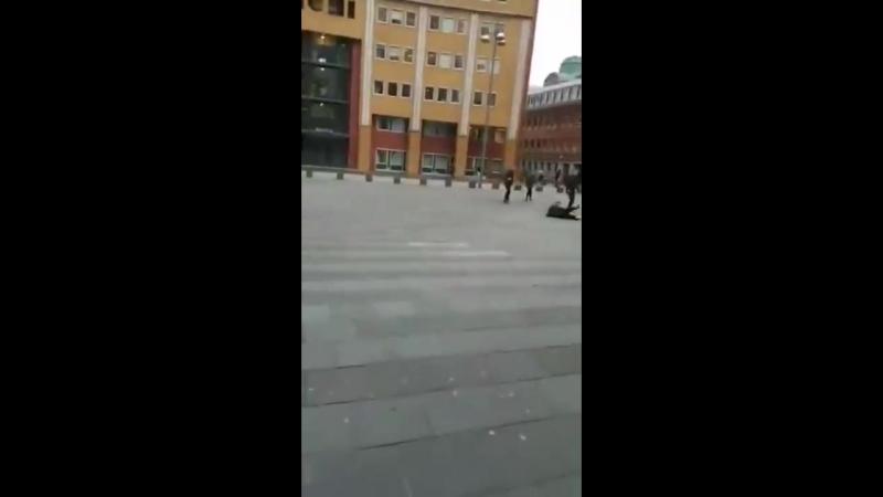 Ветер в Голландии сносит пешеходов