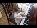 девочка 1 5 года играет на пианино