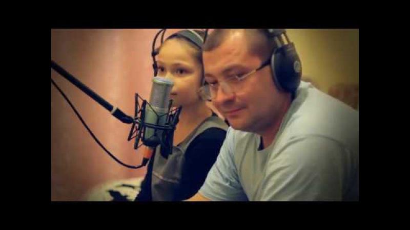 папа с дочкой поют песню