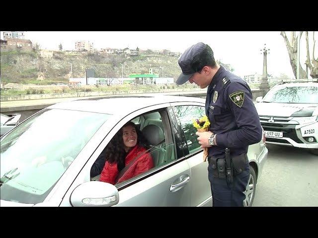 В Грузии патрульные полицейские женщин-водителей поздравили 8 марта