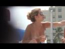 Большие натуральные дойки на пляже, классные сиськи у девушки