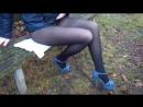 Школьница задрала юбку и показала ножки в колготках (stocking pantyhose socks feet footfetish sexy трусики ножки футфетиш)