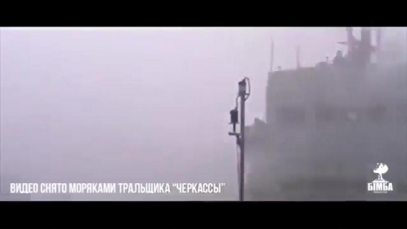 Последний корабль ВМС Украины в Крыму взят штурмом под взрывы и песни - Политика - МК