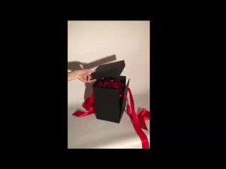 Роза в колбе Мурманск. с лепестками роз в подарочной коробке