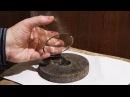 Как отшлифовать край самодельного стеклянного стакана о наждачный брусок