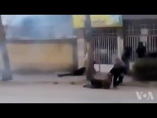 در این ویدئوی روز یکشنبه، دستکم سه معترض د&#