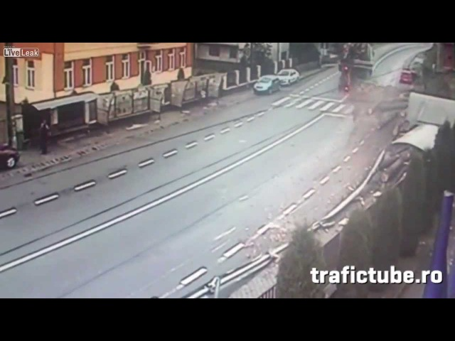 Троих задавило бревнами на тротуаре