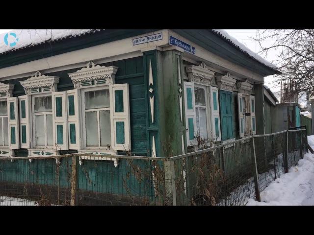 Тюмень зимой. Старые и прогнившие деревянные дома в которых живут люди