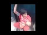 Мать с ребёнком на скреплении между вагонами