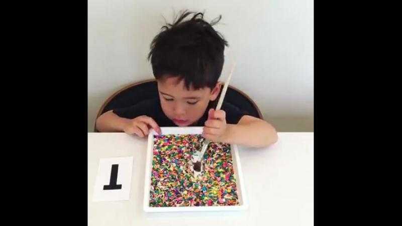 Вот такой забавный способ практиковать письмо! (Соль или песок тоже хорошо работают!) ПреАмбулаДосуг