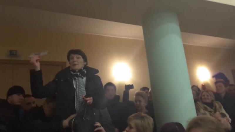 Депутатка Киевсовета ползала на коленях