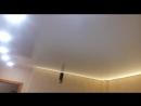 Белый глянцевый натяжной потолок диодная лента холодного света в области кухонного гарнитура