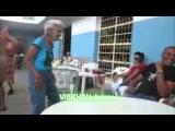 Бабуля завлекает молодежь! вот это танец!!!