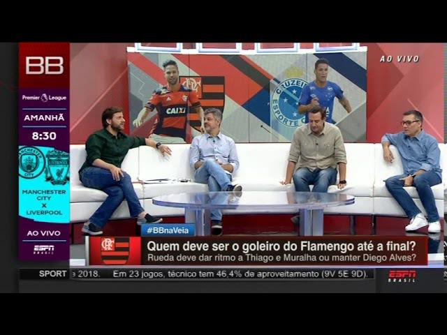 OLHA !NÃO ACERTA UMA NO GOL PREPARADOR DE GOLEIROS DO FLA CHAMA A ATENÇÃO EM FILMAGEM DANDO TREINO.