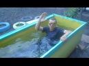Батя плавает в балдёжной бочке и курит сигареты