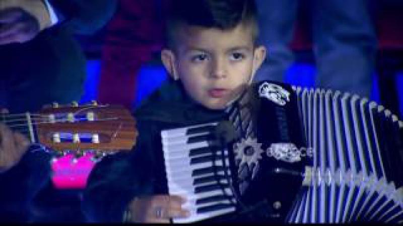 ¡Este chico tiene mucho futuro! Mirá cómo llevó adelante un show entero