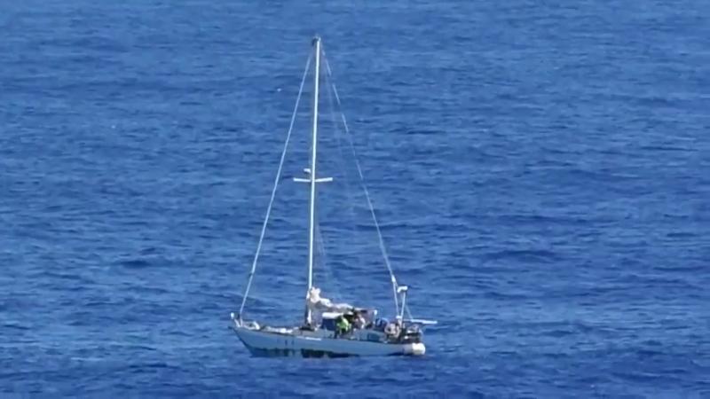 ВМФ США спас с дрейфующей 5 месяцев яхты 2 девушек и 2 собак. 30 мая у них сломался двигатель. Выжили из-за опреснителя и запаса